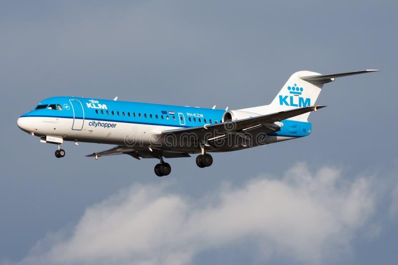 Aterrizaje del avión de pasajeros de Fokker 70 PH-KZW de KLM Cityhopper en el aeropuerto de Francfort fotografía de archivo libre de regalías