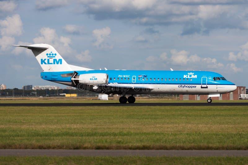 Aterrizaje del avión de pasajeros de Fokker 70 PH-WXC de KLM en el aeropuerto de Amsterdam Schipol fotos de archivo