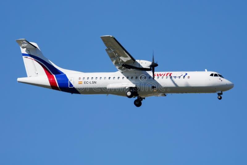 Aterrizaje del avión de pasajeros de Swiftair ATR-72 EC-LSN en el aeropuerto de Madrid Barajas imagenes de archivo