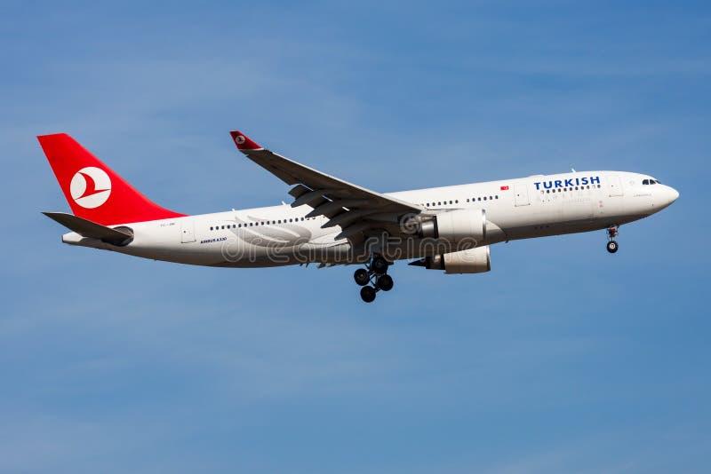 Aterrizaje del avión de pasajeros de Turkish Airlines Airbus A330-200 TC-JNF en el aeropuerto de Francfort imágenes de archivo libres de regalías