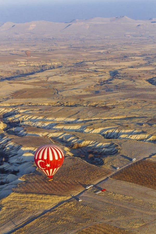 Aterrizaje del globo de aire caliente con el paisaje de Cappadocia, en central imagen de archivo libre de regalías