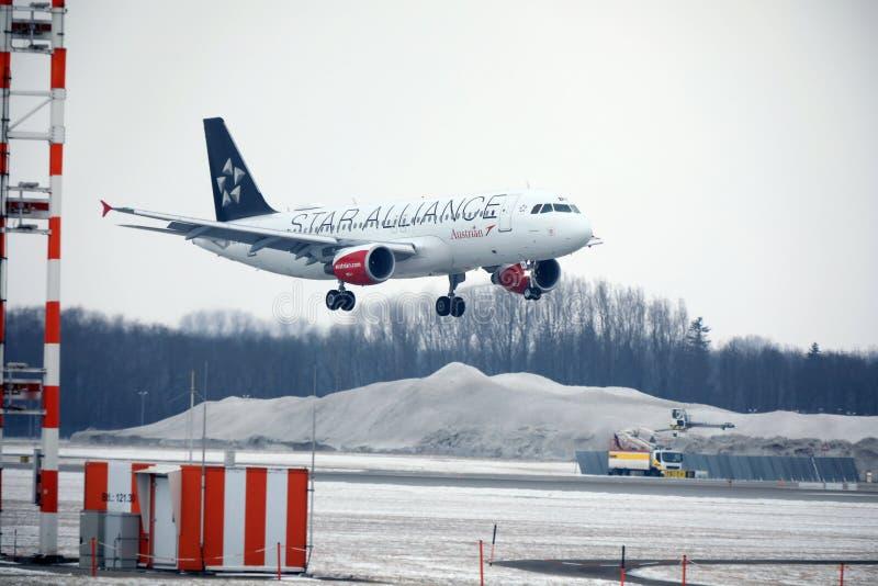Aterrizaje en el aeropuerto de Munich, de Austrian Airlines Airbus A320-200 OE-LBZ invierno fotografía de archivo libre de regalías