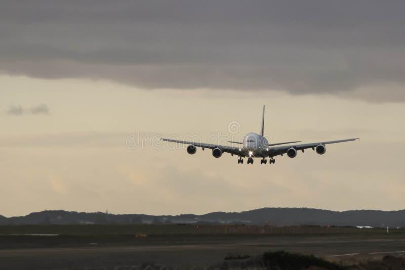 Aterrizaje inminente de Airbus A380 en día gris fotografía de archivo