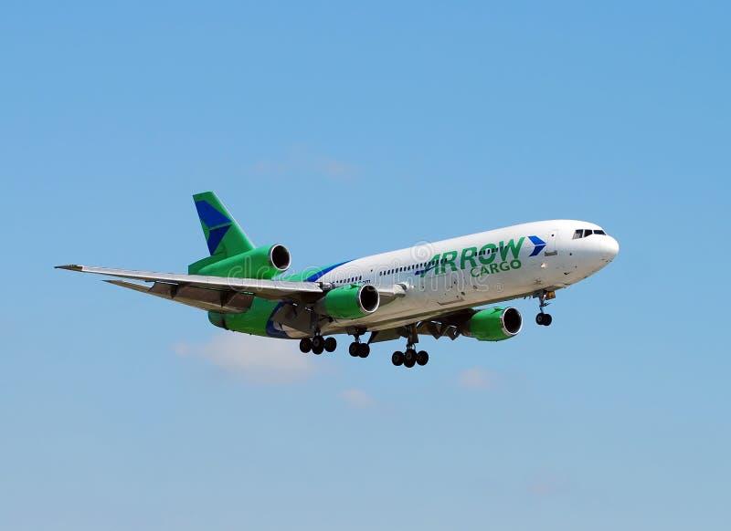 Aterrizaje pesado del jet del cargo imagen de archivo