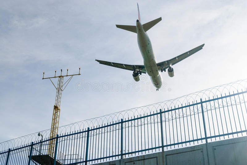 Aterrizaje plano con el cielo azul fotos de archivo libres de regalías