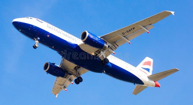 Aterrizaje plano de las líneas aéreas británicas fotos de archivo