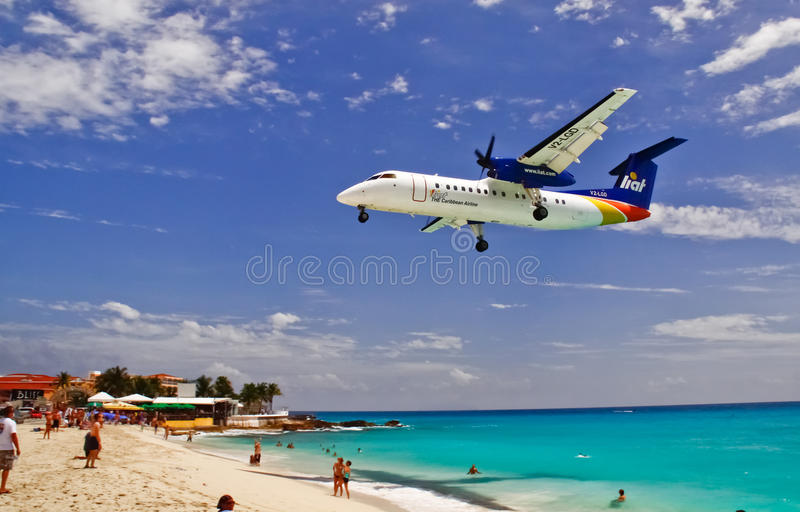 Aterrizaje plano de Liat de la bahía del St. Maarten Maho fotografía de archivo