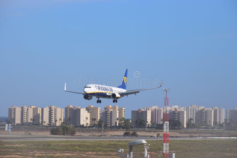 Aterrizaje plano de Ryanair en el aeropuerto de Alicante imagenes de archivo