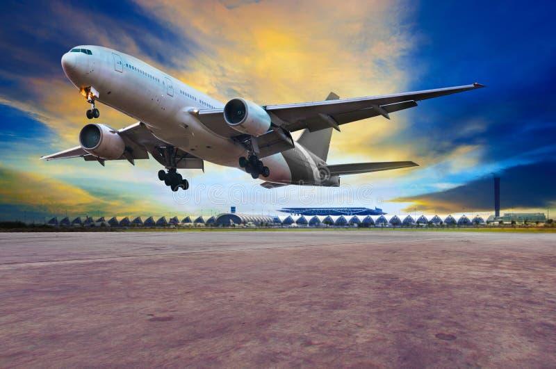 Aterrizaje plano del avión de pasajeros en pistas del puerto del aire contra beautifu imágenes de archivo libres de regalías