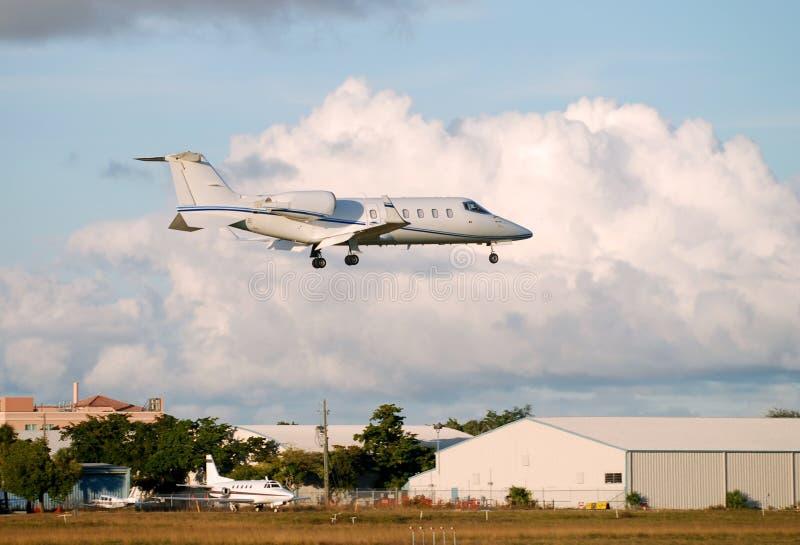 Aterrizaje privado del jet foto de archivo