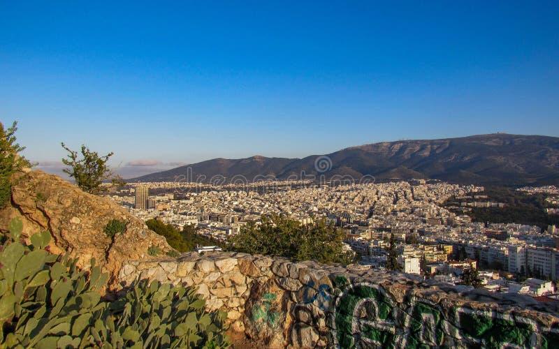 Athènes de ci-dessus avec les bâtiments blancs architecture, montagne, arbres, ciel bleu pendant l'heure de matin en été photo stock