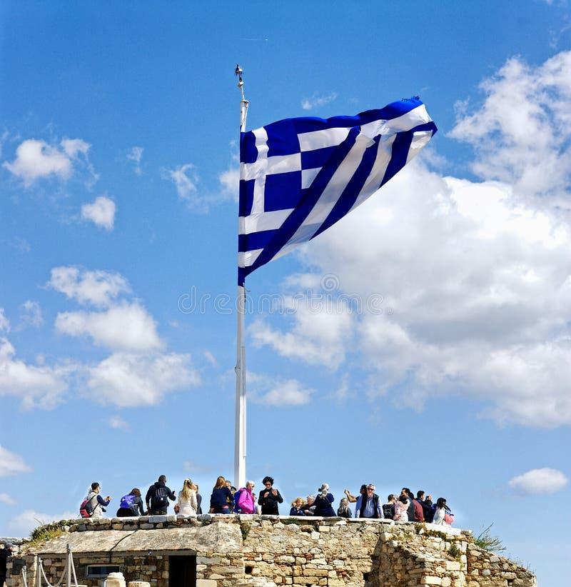 ATHÈNES, GRÈCE - 1ER AVRIL 2019 : Immense drapeau de la Grèce au sommet de la colline d'Actopolis photos libres de droits