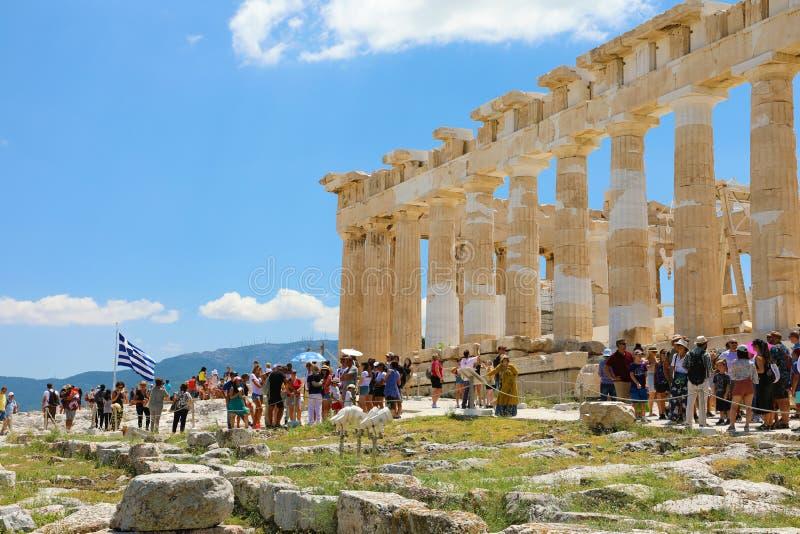 ATHÈNES, GRÈCE 18 JUILLET 2018 : Les ruines antiques du parthenon et de l'Erechtheion à l'Acropole à Athènes, la capitale grecque image stock