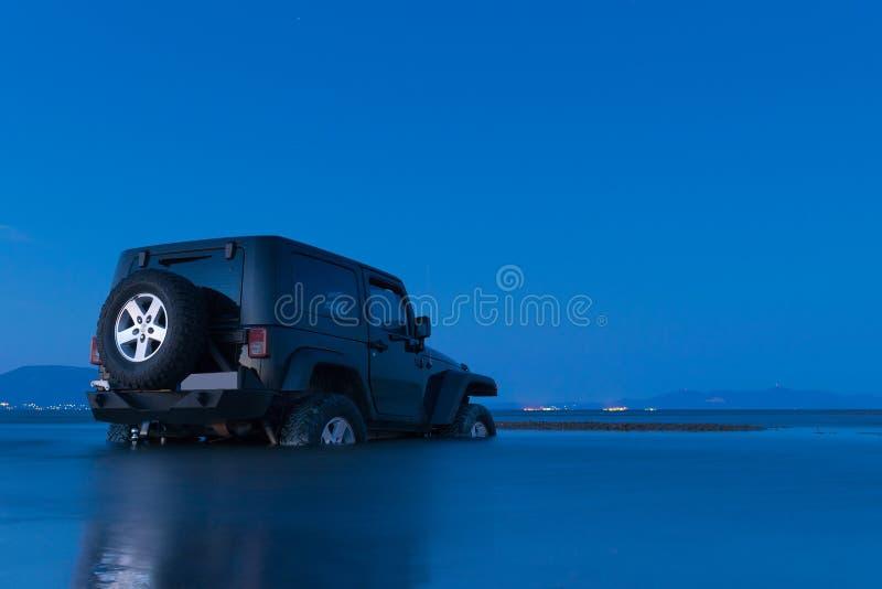 Athènes, Grèce le 1er juillet 2016 La belle heure bleue d'une jeep 4x4 a collé dans la boue à un marécage faisant des sports image stock