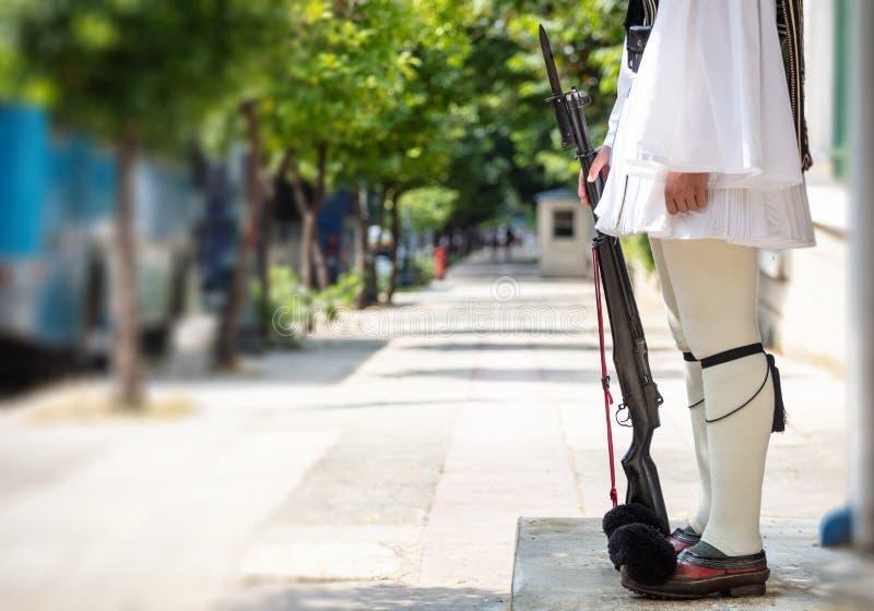 Athènes, Grèce Tsolias se tient hors de l'avant-poste tenant un fusil Fond de tache floue photos libres de droits