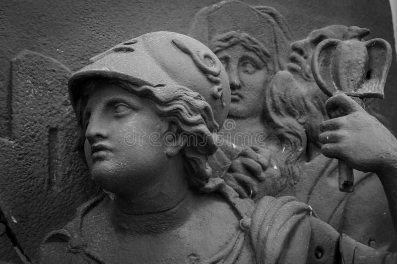 Ath?na la d?esse du grec ancien Femme dans la sculpture classique en casque photo stock