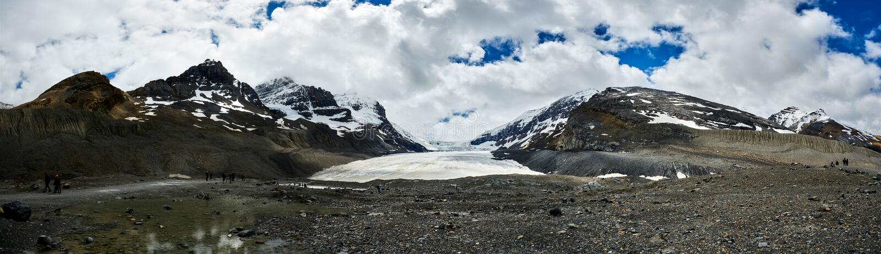 Athabascagletsjer, Icefields-Brede rijweg met mooi aangelegd landschap Jasper National Park stock fotografie