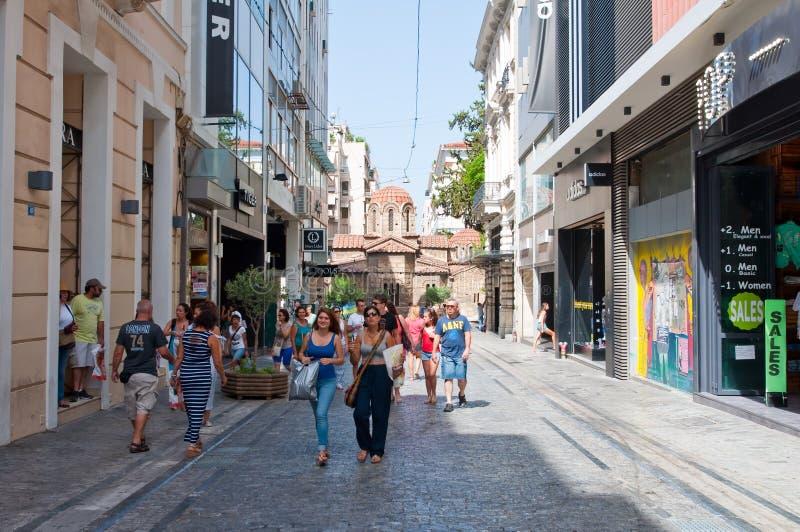 ATHEN 22. AUGUST: Einkauf auf Ermou-Straße am 22. August 2014 in Athen, Griechenland lizenzfreie stockfotografie