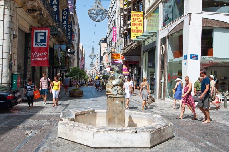ATHEN 22. AUGUST: Einkauf auf Ermou-Straße mit Menge von Leuten am 22. August 2014 in Athen, Griechenland lizenzfreie stockfotos
