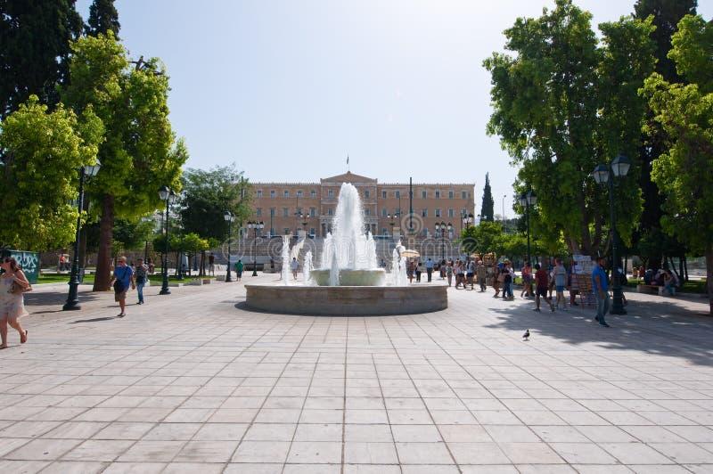 ATHEN 22. AUGUST: Syntagma-Quadrat- und Parlamentsgebäude auf dem Hintergrund am 22. August 2014 in Athen, Griechenland lizenzfreie stockbilder
