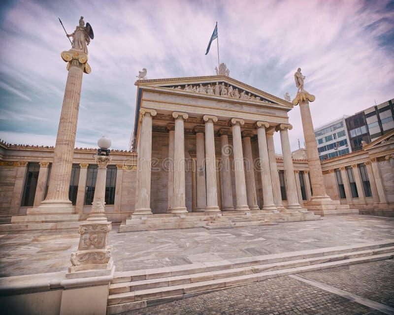 Athen Griechenland, das nationale Hochschulneoklassische Gebäude mit Athene- und Apollo-Statuen, geringfügige Vignettierung stockfoto