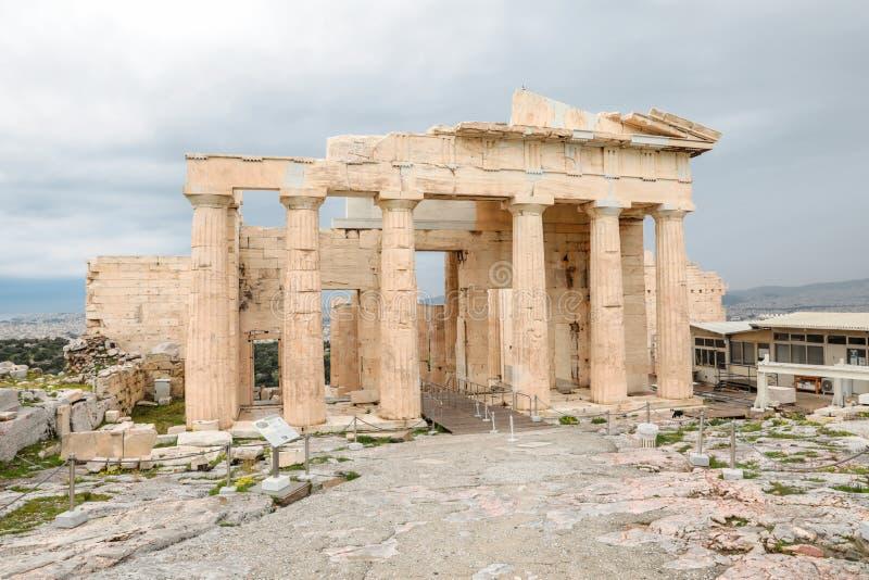 Athen, Griechenland - 23. Februar 2019: Ostfassade der Akropolises von Athen PROPYLAEA dient als der Eingang zur Akropolise herei lizenzfreie stockbilder