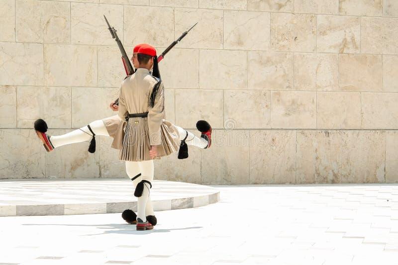 ATHEN, GRIECHENLAND - 6. JULI 2012 - der lustige Tanz von Evzones, griechische Soldaten der Präsidentenwache in der vollen Unifor lizenzfreie stockfotos