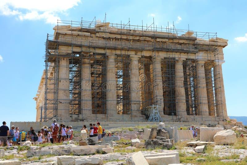 ATHEN, GRIECHENLAND - 18. JULI 2018: Parthenontempel unter Erneuerung mit den Touristen, welche die Akropolis in Athen, Griechenl lizenzfreie stockbilder