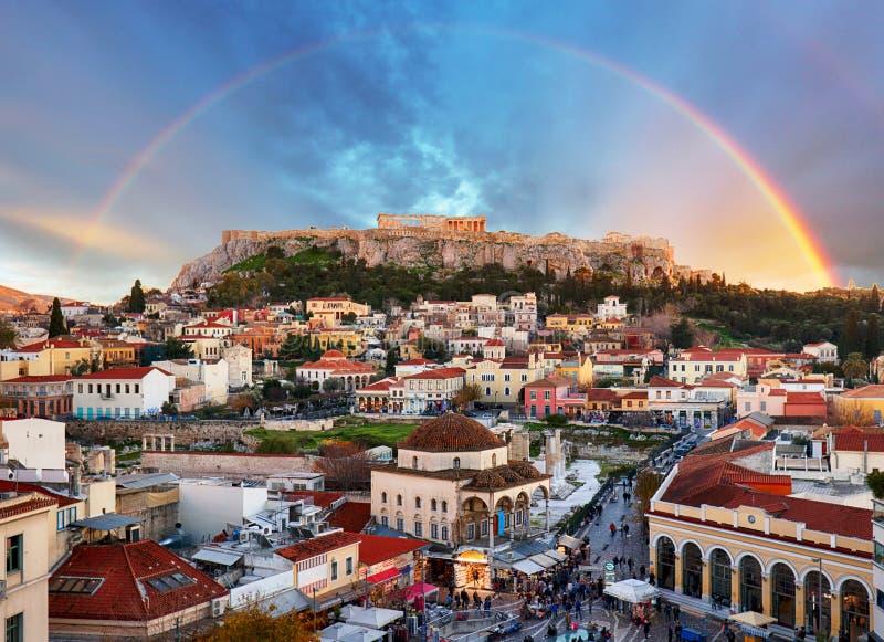 Athen-, Griechenland- - Monastiraki-Quadrat und alte Akropolis mit Regenbogen lizenzfreie stockbilder