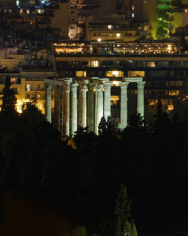 Athen Griechenland, Nachtansicht von olympischen Zeus-Tempelruinen lizenzfreie stockfotos