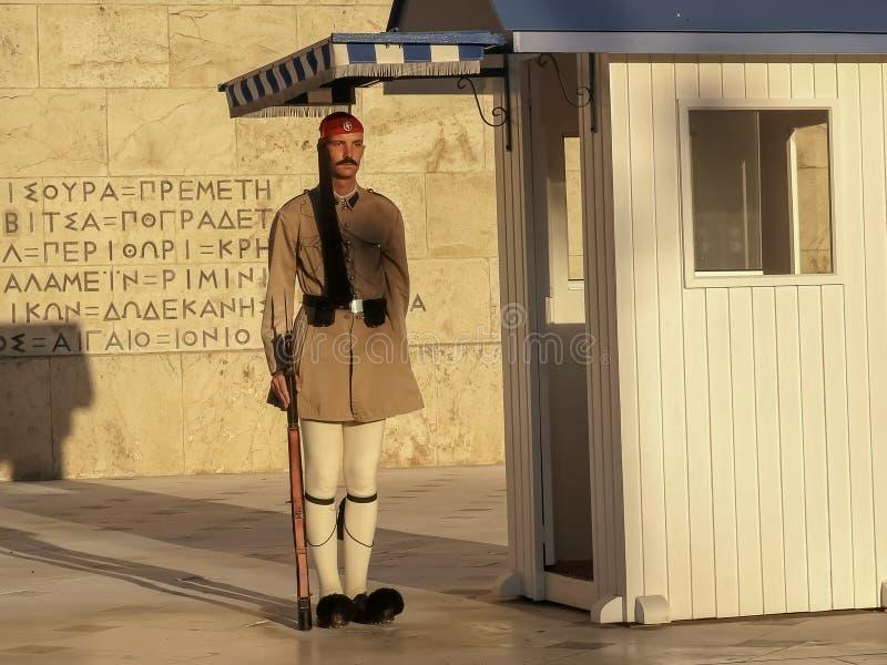 ATHEN, GRIECHENLAND SEPTEMBER, 16, 2016: brauner uniformierter Schutz im Dienst am griechischen Parlament stockbild