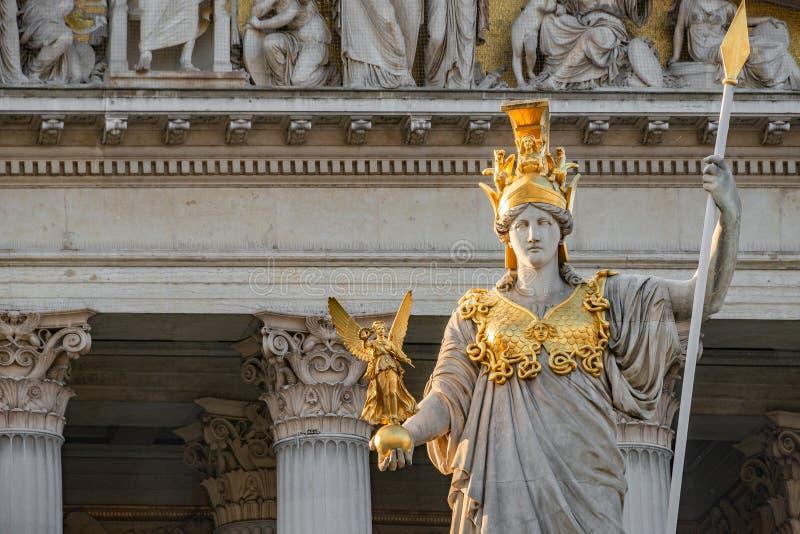 Athena Fountain Pallas-Athene-Brunnen devant le Parlement pendant le coucher du soleil, Vienne, Autriche, plan rapproché photographie stock libre de droits