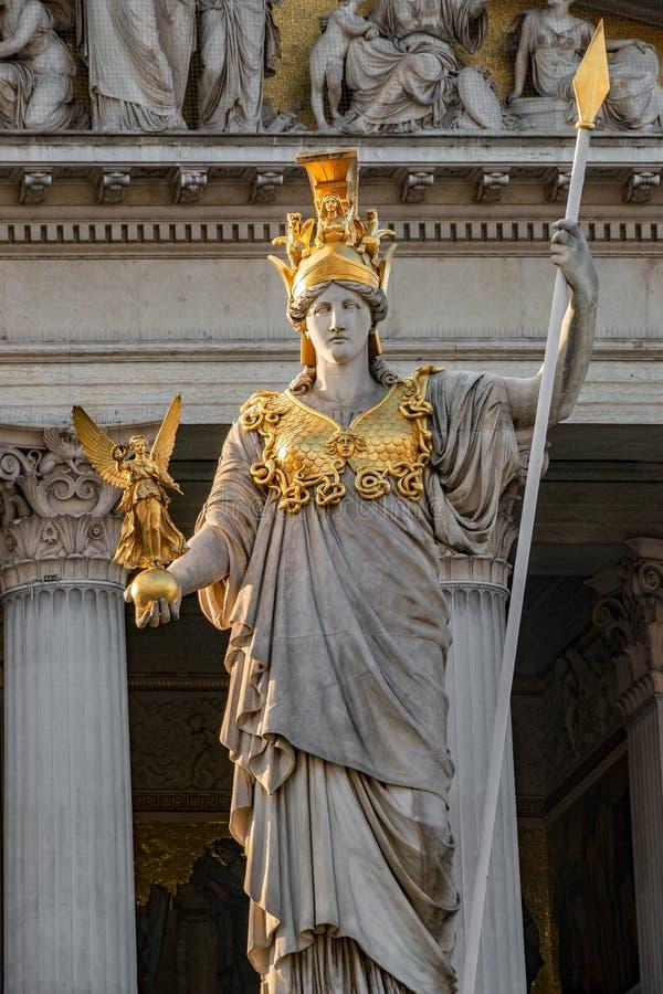 Athena Fountain Pallas-Athene-Brunnen devant le Parlement pendant le coucher du soleil, Vienne, Autriche, plan rapproché image stock