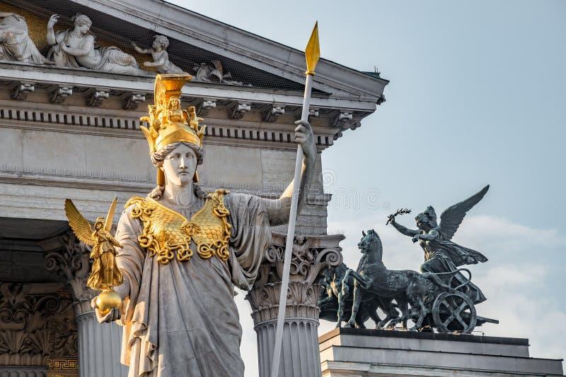 Athena Fountain Pallas-Athene-Brunnen devant le Parlement pendant le coucher du soleil, Vienne, Autriche, plan rapproché images libres de droits