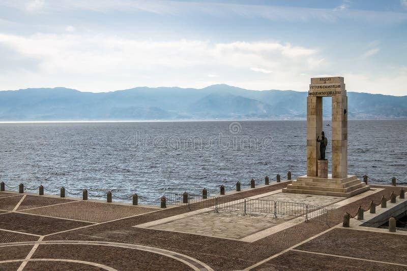 Athena gudinnastaty och monument till Vittorio Emanuele på arenadelloen Stretto - Reggio Calabria, Italien royaltyfria bilder