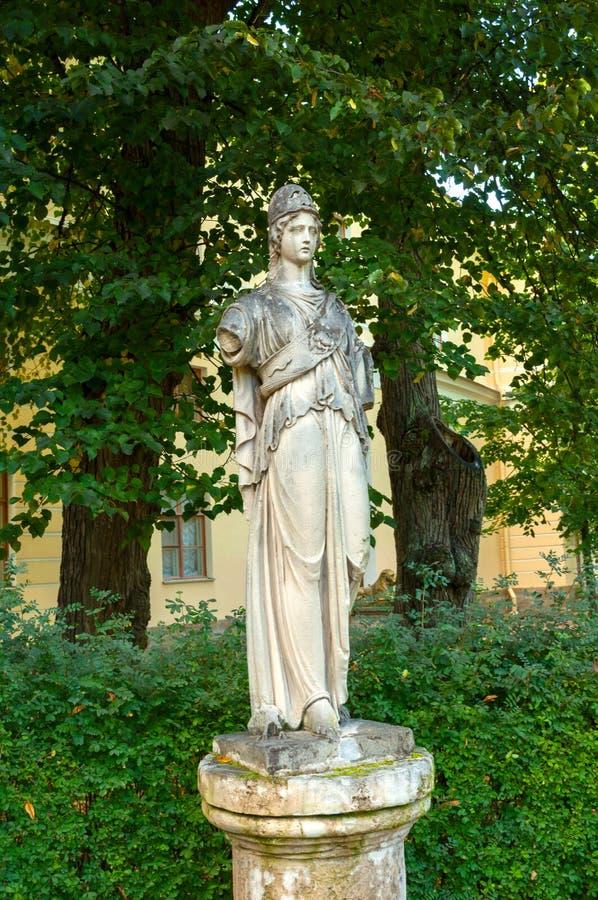 Athena Pallada Beeldhouwwerk van zandsteen door onbekende beeldhouwer van de 18de eeuw , Pavlovsk, St. Petersburg, Rusland stock foto's