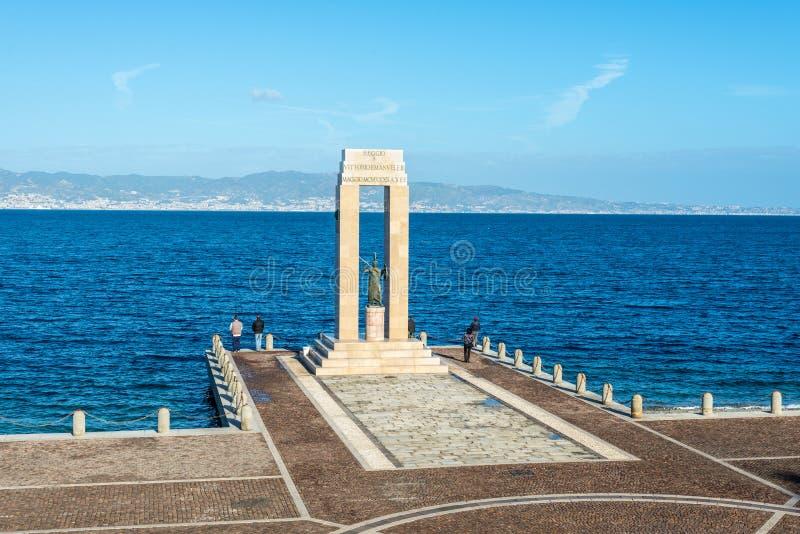 Athena staty i Reggio Calabria, Italien fotografering för bildbyråer