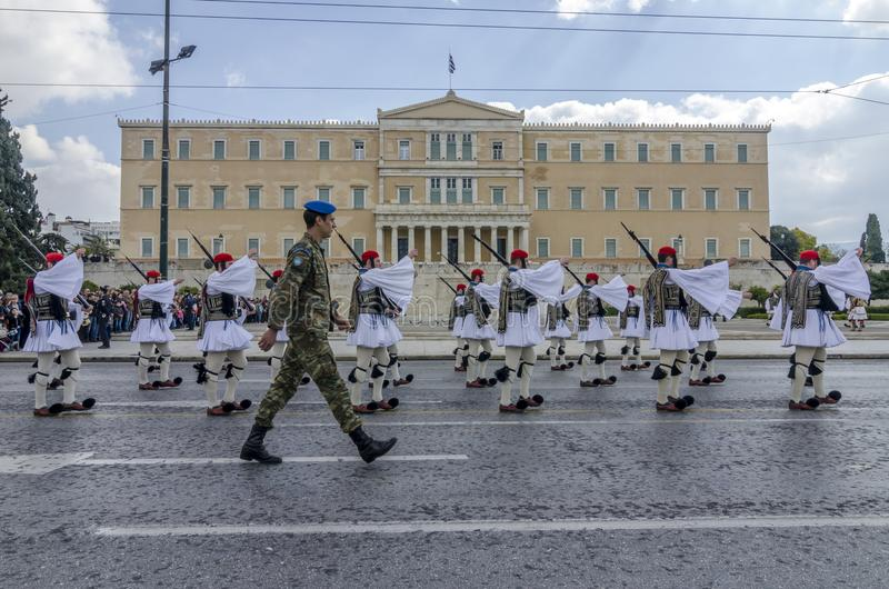 Athene, Griekenland - Maart 17, 2013: Het plechtige veranderen van de presidentiële wacht voor het Griekse Parlement stock afbeeldingen