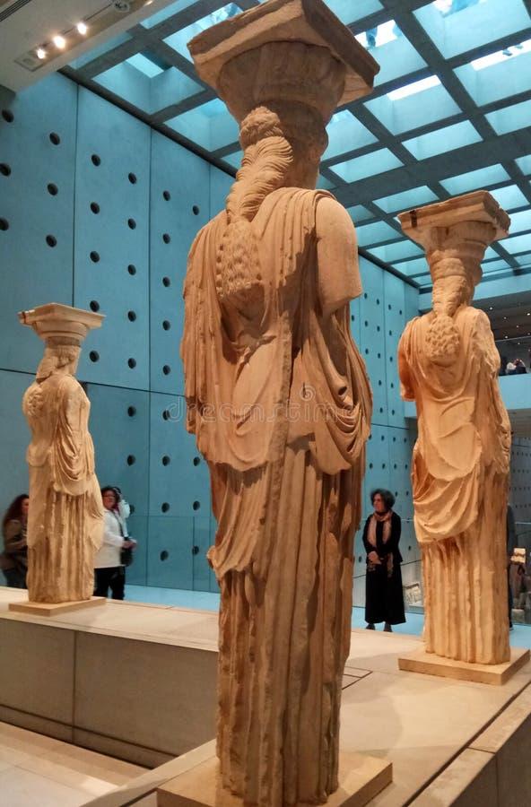 Athene, Griekenland - Mei 18 2017: Caryatidesstandbeeld bij het Akropolismuseum Weergeven van details van erachter royalty-vrije stock afbeeldingen