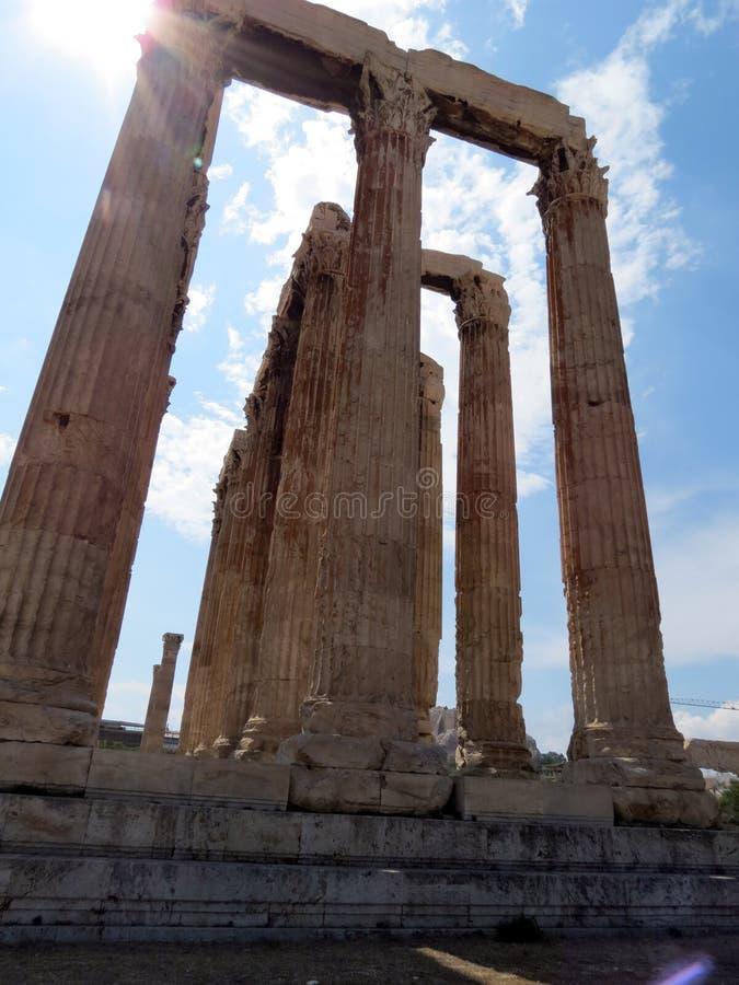 Athene, mening tegen de zon op de tempel stock foto's
