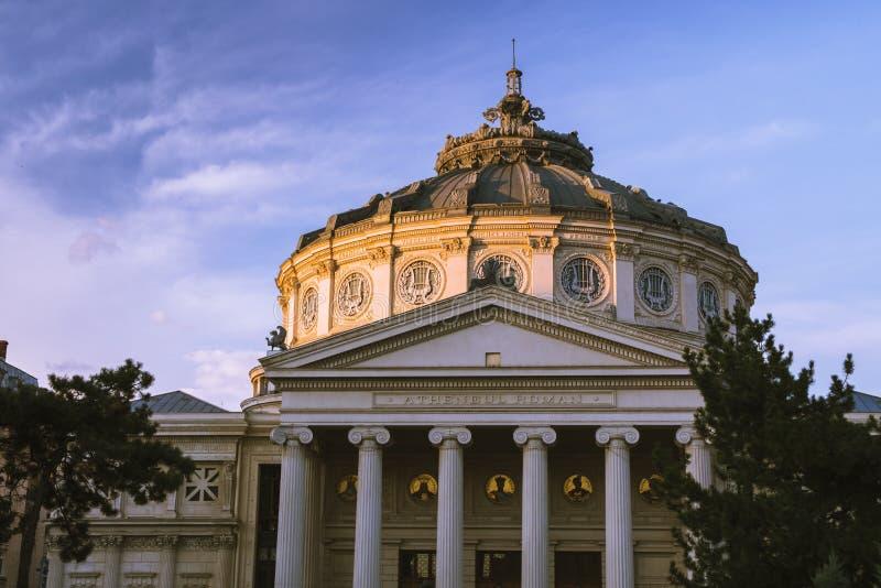 Atheneum roumain dans la lumière de coucher du soleil Architecture à Bucarest images stock