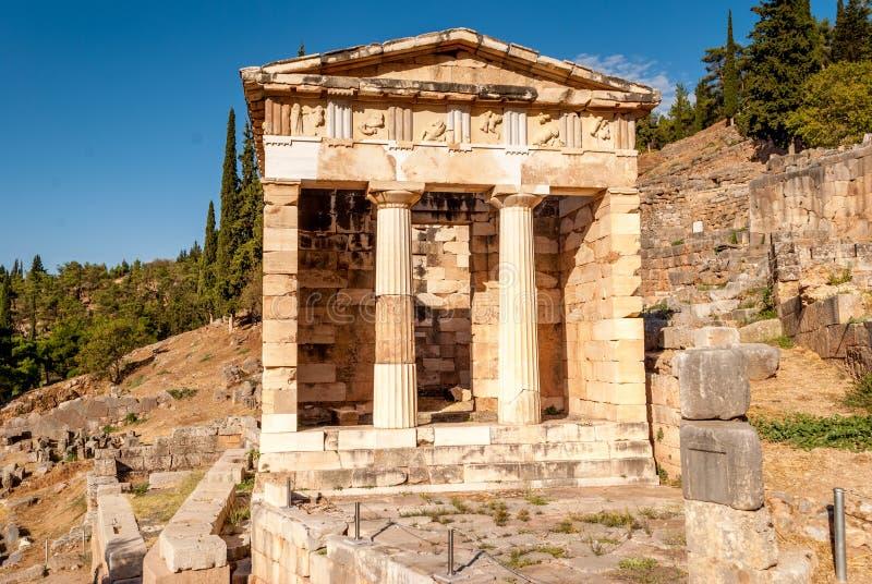 Atheniankassa i Delphi, en arkeologisk plats i Grekland, på monteringen Parnassus royaltyfria foton