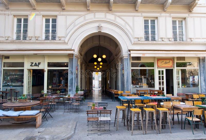 ATHENS-AUGUST 22: Inre av en lokal restaurang inom ett kort avstånd till akropolen i Plaka på Augusti 22,2014 i Aten arkivfoto