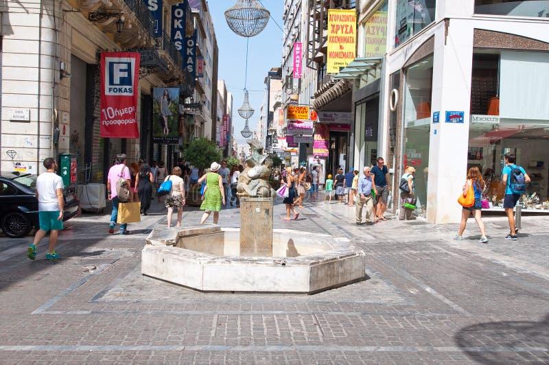ATHENS-AUGUST 22: Shoppa på den Ermou gatan och olik diversehandel på Augusti 22, 2014 i Aten, Grekland royaltyfria bilder