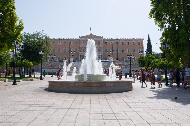 ATHENS-AUGUST 22: Syntagmafyrkant- och parlamentbyggnad på Augusti 22, 2014 i Aten, Grekland arkivbilder