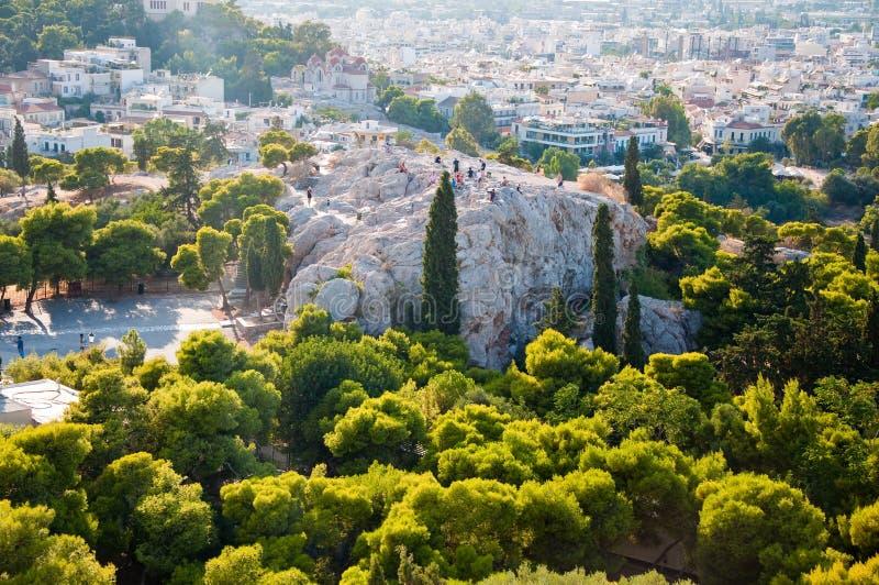 ATHENS-AUGUST 22: Turister på den Areopagus kullen på Augusti 22, 2014 i Aten, Grekland royaltyfria foton