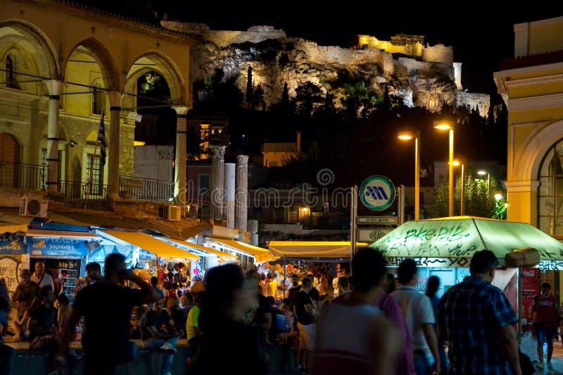 ATHENS-AUGUST 22: Uteliv på den Monastiraki fyrkanten med akropolen av Aten på bakgrunden på Augusti 22, 2014 i Aten, Grekland arkivfoto
