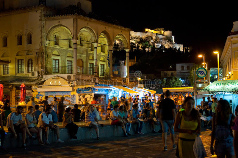 ATHENS-AUGUST 22: Uteliv på den Monastiraki fyrkanten på Augusti 22, 2014 i Aten, Grekland royaltyfri bild