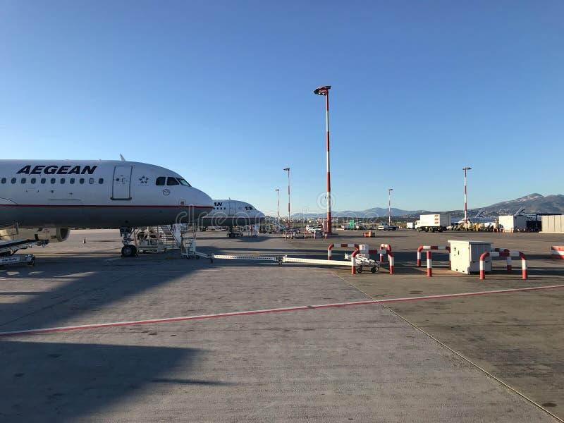 Athens Grekland December 06, 2017: Flygplats med många flygplan royaltyfria foton