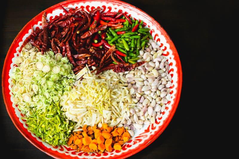 Athentic-Beiträge zu thailändischem rotem Curry-Pasten-Rezept im schwarzen Hintergrund lizenzfreies stockbild